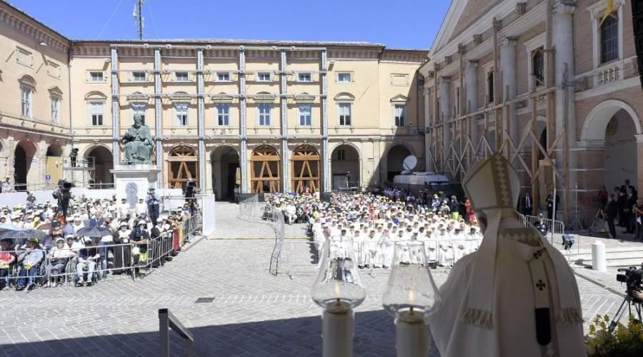 教宗在地震灾区卡梅里诺主持弥撒:愿受苦的灾民不被遗忘