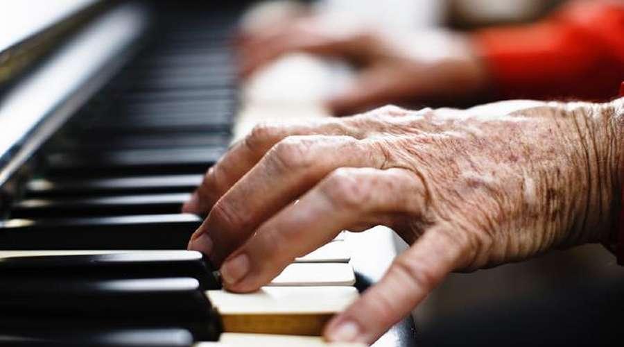 临在杯精选|半个世纪后的祝福——一位老人学弹琴的历程