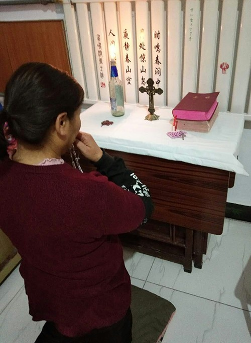 1范家圪垯村的教友正在家中祈祷.jpg